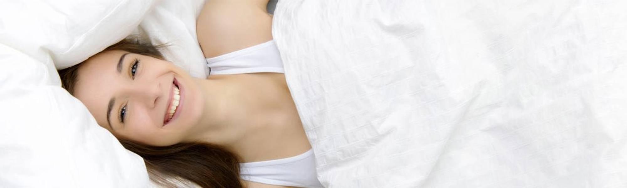 la roche posay article living sensitive skin woman in bed